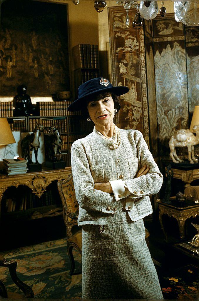 Coco Chanel en su apartamento parisino de la Rue Cambon, en 1959.
