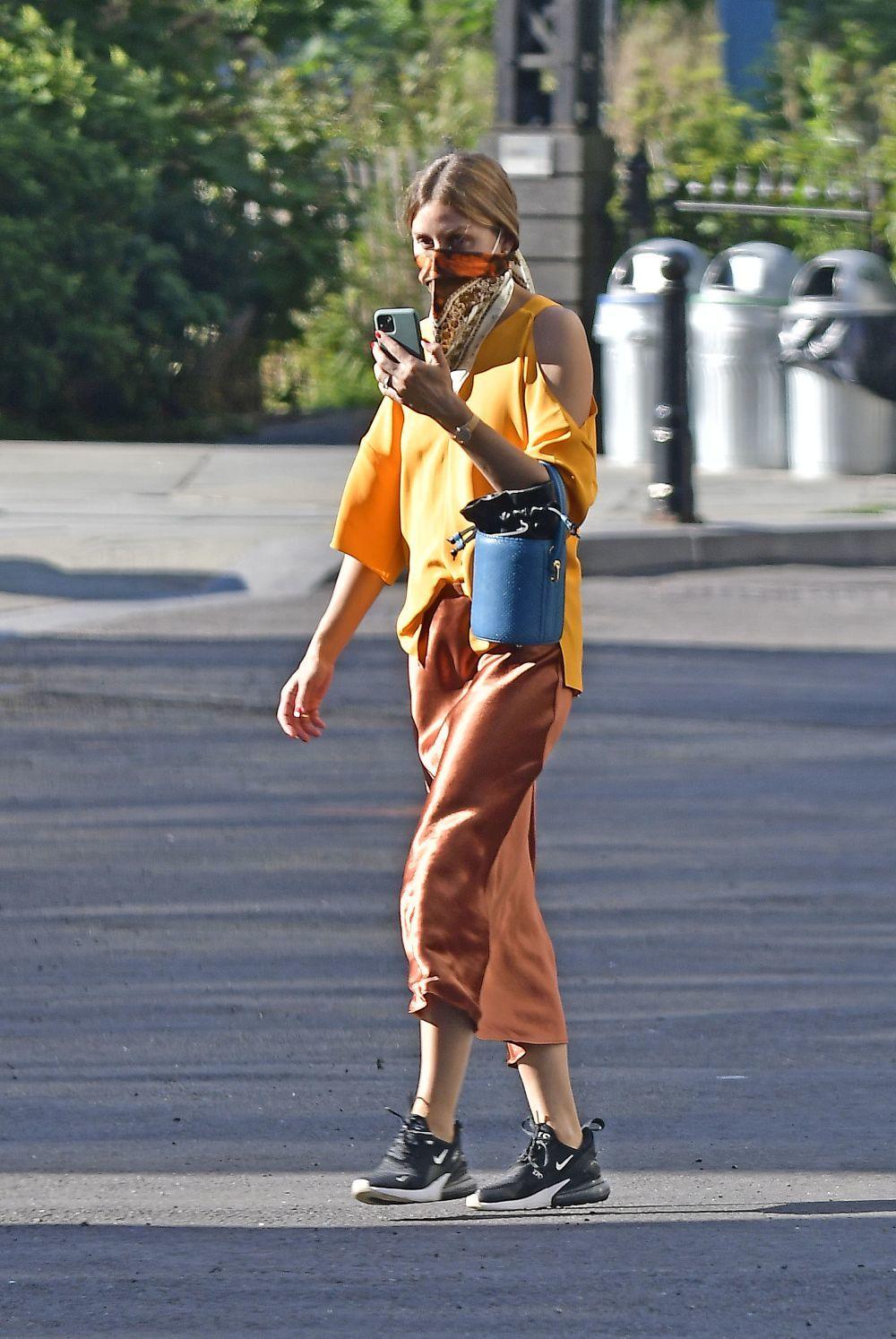 Olivia Palermo con sneakers y falda de satén.