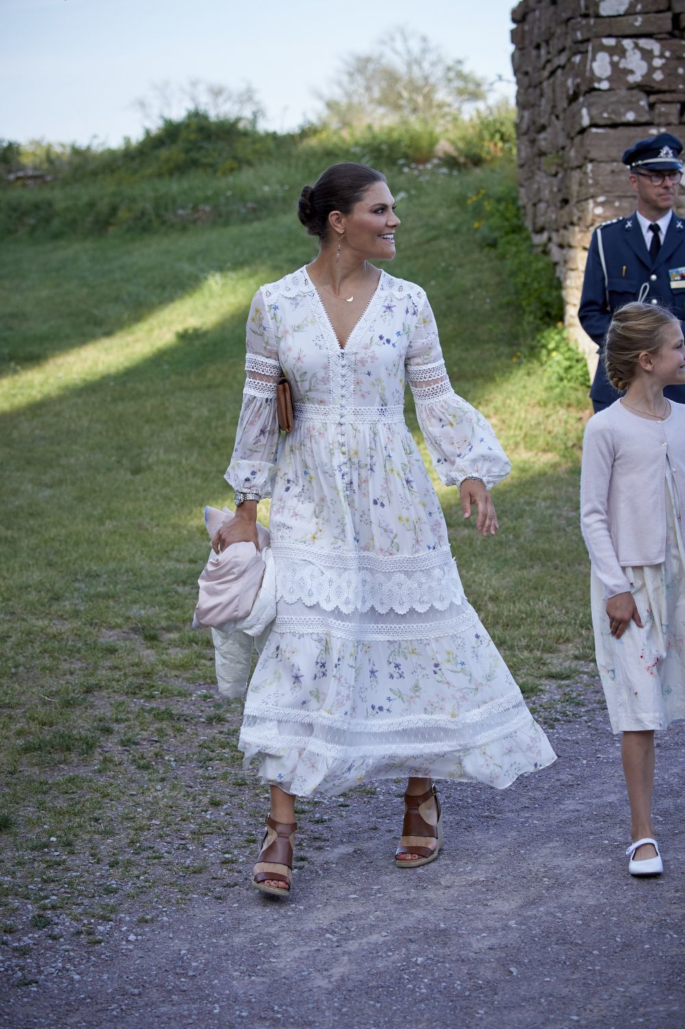 Victoria de Suecia con un vestido floral y sandalias de Zara.