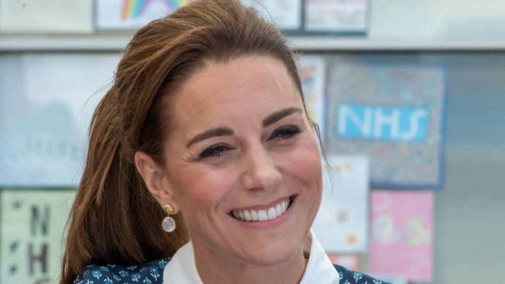 Kate Middleton antes de cambiar de look de pelo con su melena más...
