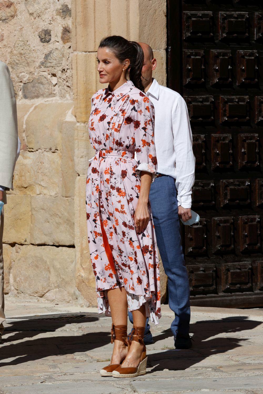 La reina Letizia con vestido floral de Hugo Boss.