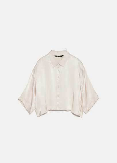 Camisa blanca satinada de Zara (19,95 euros).