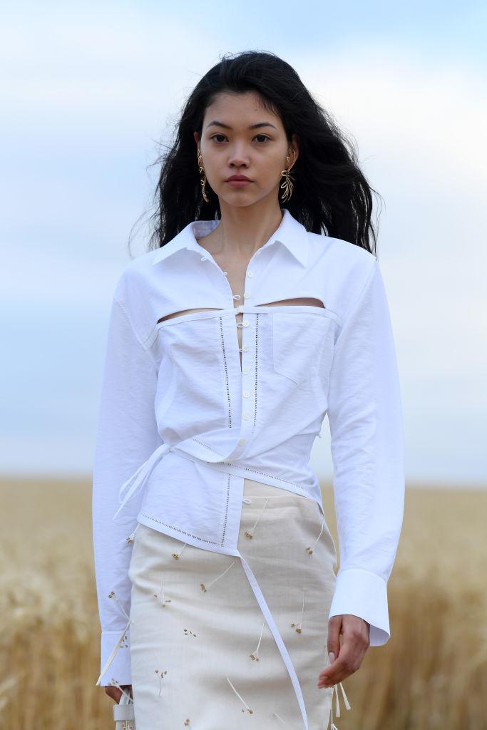 Una modelo asiática desfila en la presentación de la colección de Jacquemu Primavera Verano 2021.