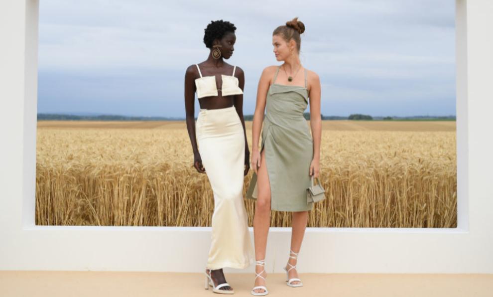 Dos modelos posan en los campos de trigo tras el desfile de L'Amour,...