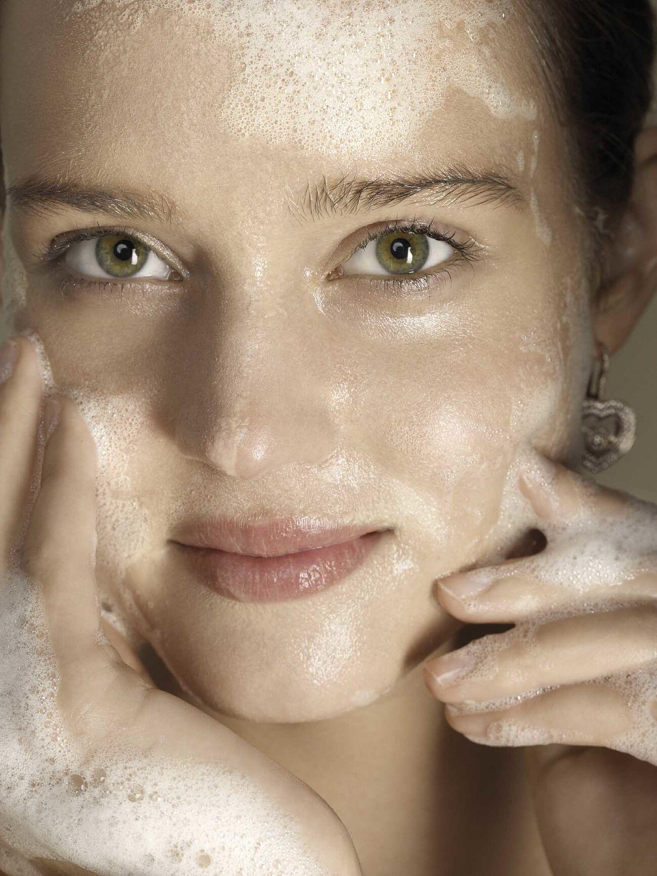 La limpieza es el paso imprescindible para una piel bonita, luminosa y saludable a cualquier edad.