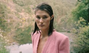 La modelo Lucía López, con traje tweed, Chanel