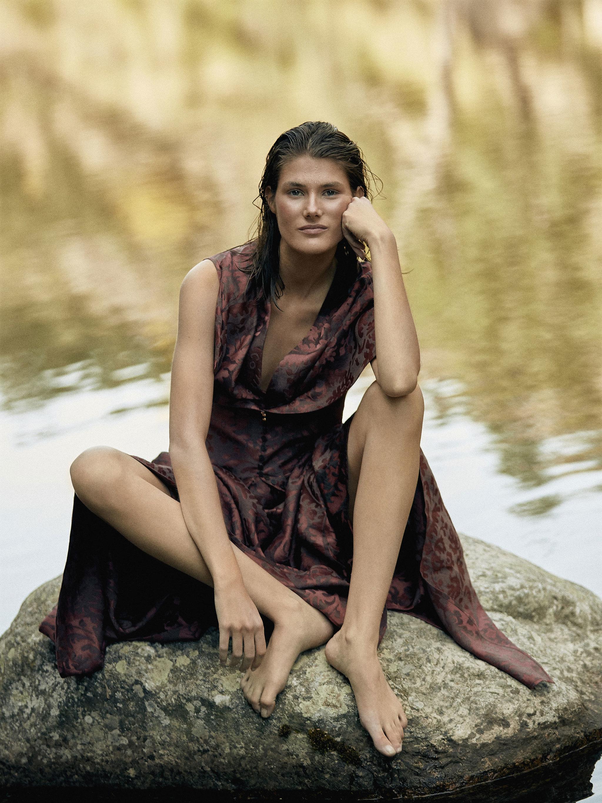 La modelo Lucía López con vestido de Loewe