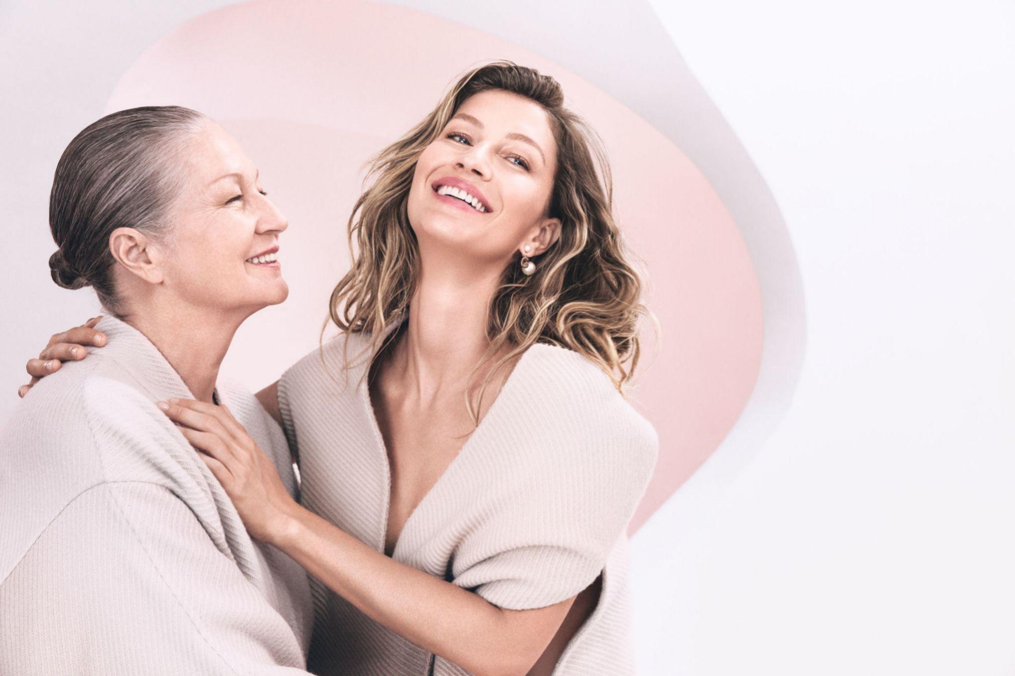 Gisele con su madre, en una campaña de Capture Totale, línea antiedad de Dior de la que es imagen.