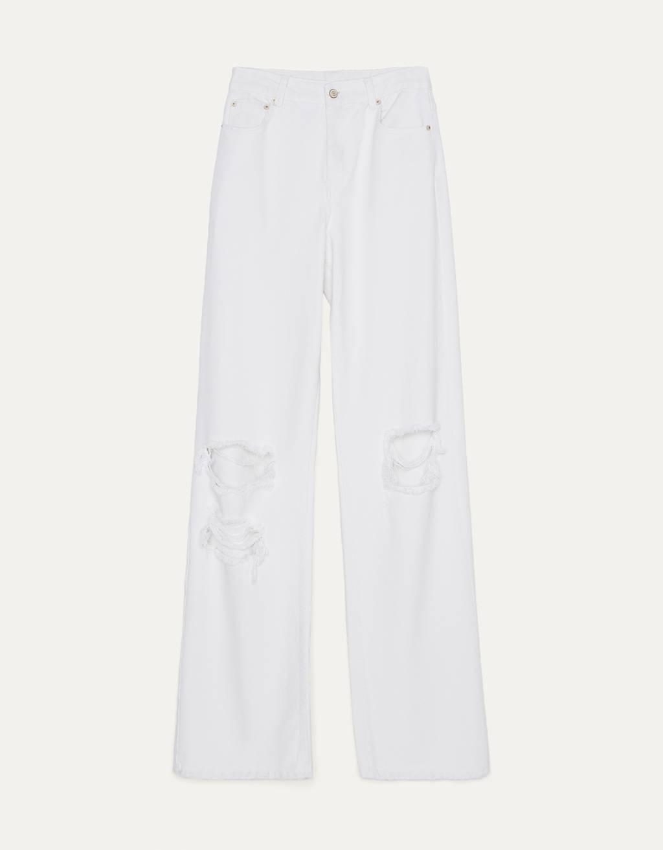 Pantalones blancos con rotos de Bershka.