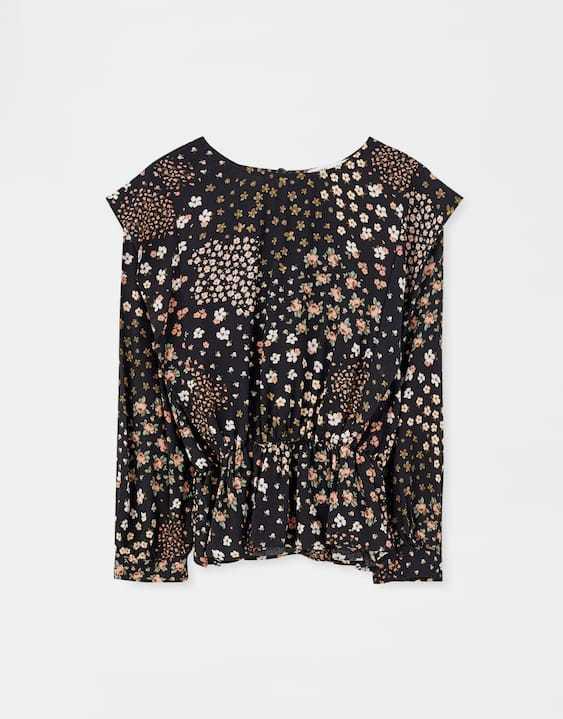 Camisa con volantes en los hombros, de Pull and Bear (3,99 euros).