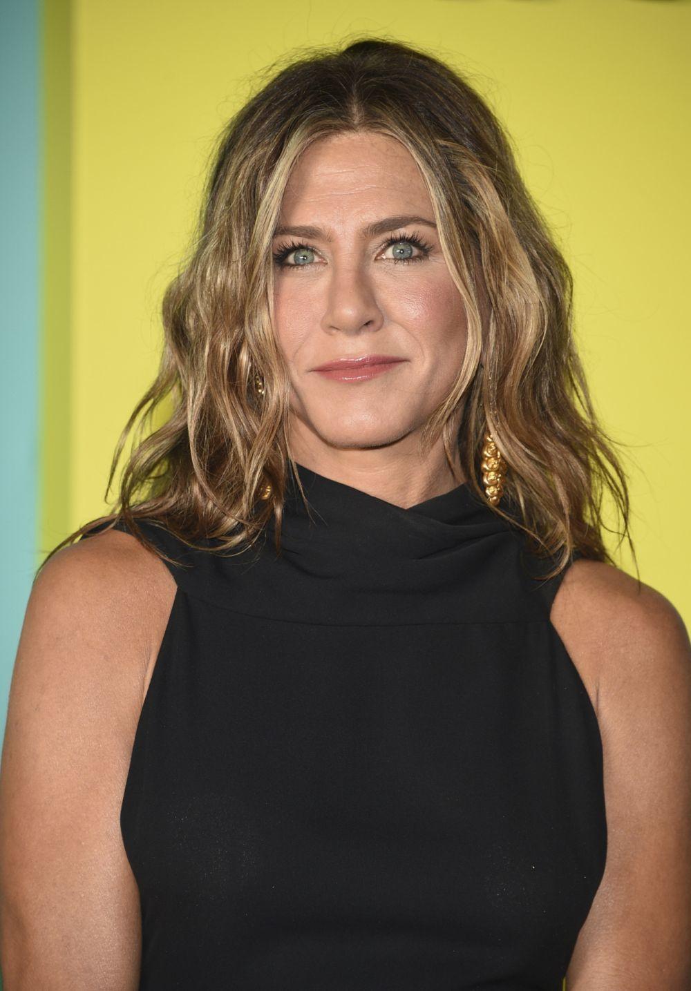 Jennifer Aniston alterna distintos tipos de mechas en tonos cálidos con distintos peinados y cortes de pelo con capas que juegan a aumentar el grosor de su melena.