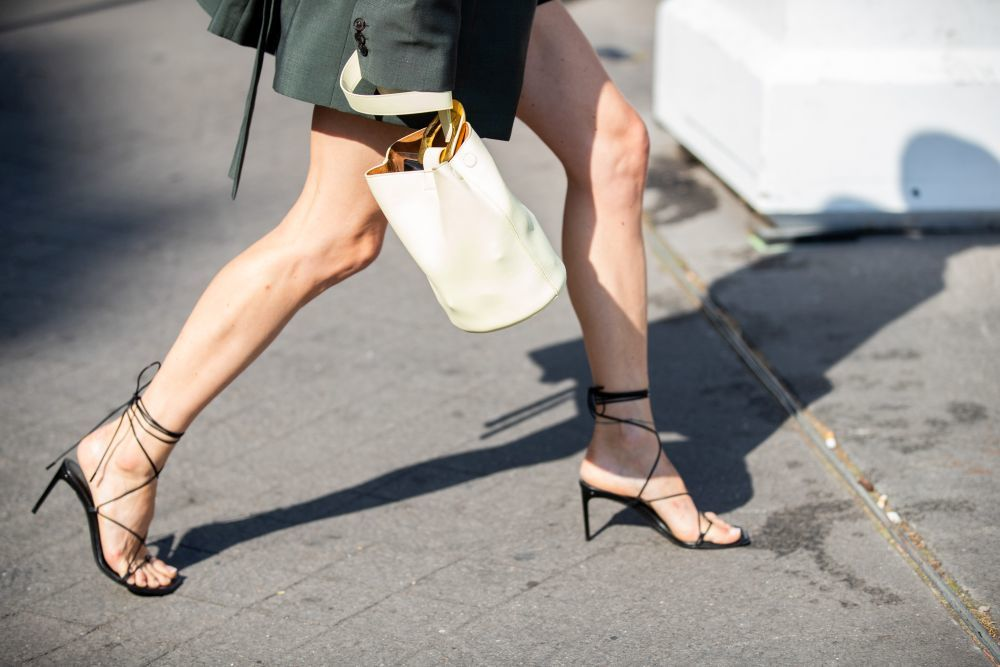 Las sandalias de tiras y el bolso de mano de Pernille.