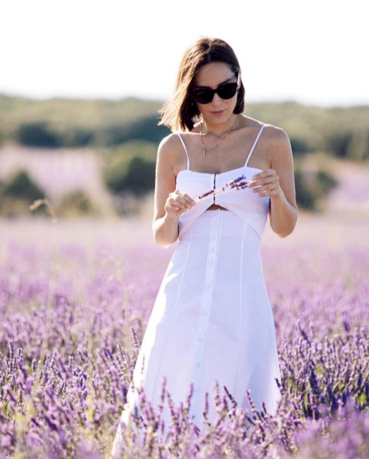Tamara Falcó en los campos de lavanda de Brihuega.