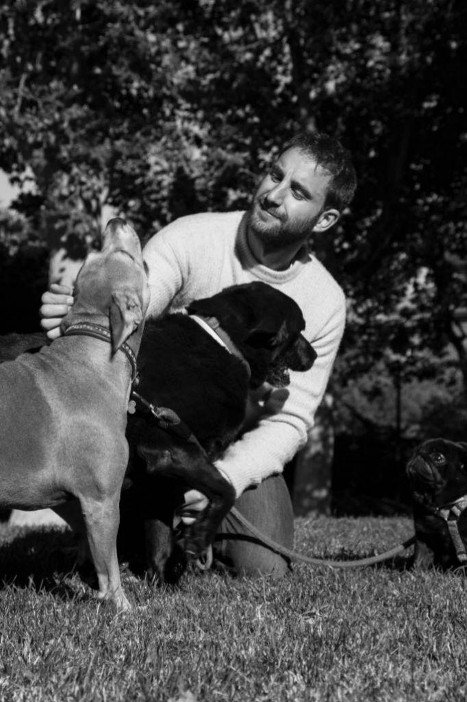 Jugando con sus perros, a los que adora