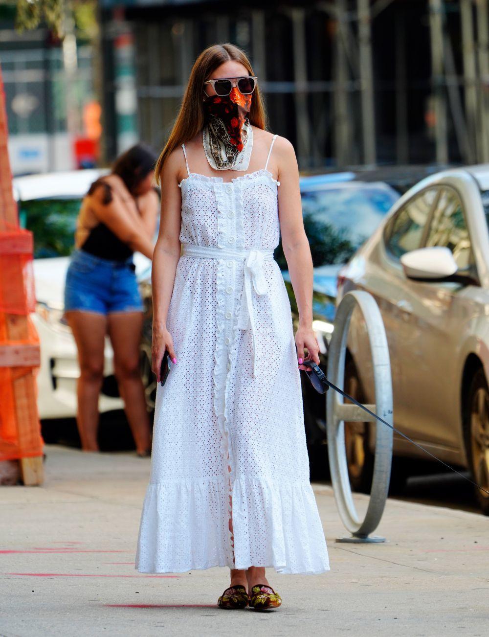 Olivia Palermo con un vestido blanco lencero.