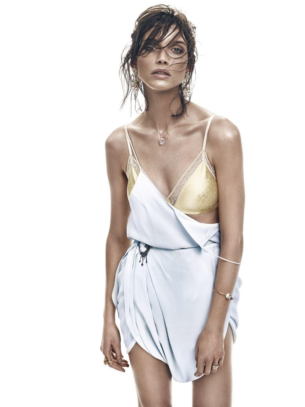 Según algunos médicos, para las mujeres con pecho pequeño, el sujetador es irrelevante ya que no existe la necesidad de sujetar que es la función de esta prenda femenina.