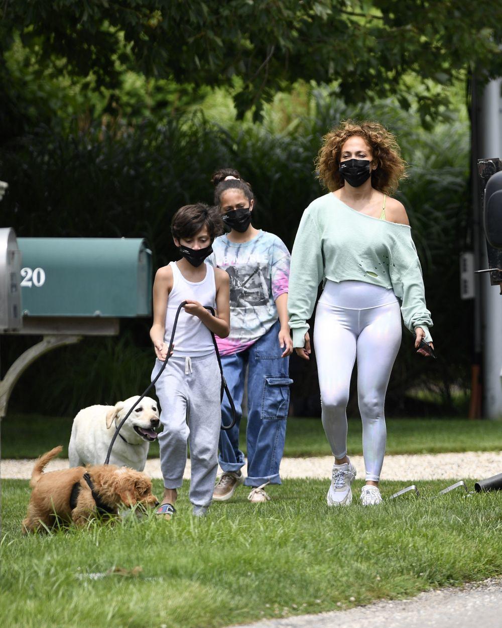 Jennifer Lopez, con su melena rizada natural, junto a sus hijos Max y Emme paseando en Nueva York.