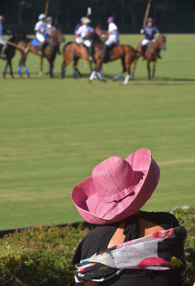 Una espectadora contempla el partido con su sombrero de paja, .