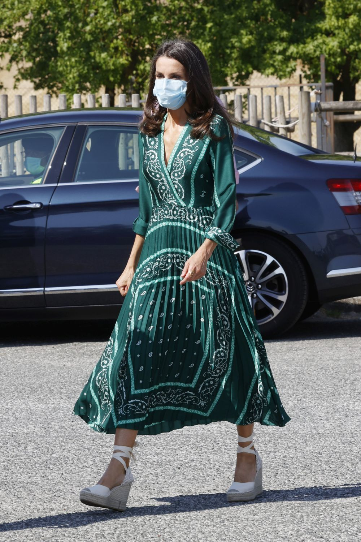 La reina Letizia con vestido estampado y alpargatas.