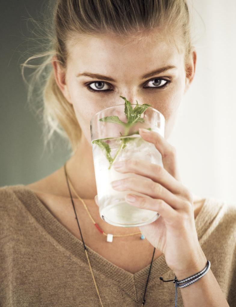 Aumenta el consumo de líquidos, especialmente agua, y de frutas que te ayude a deshincharte.