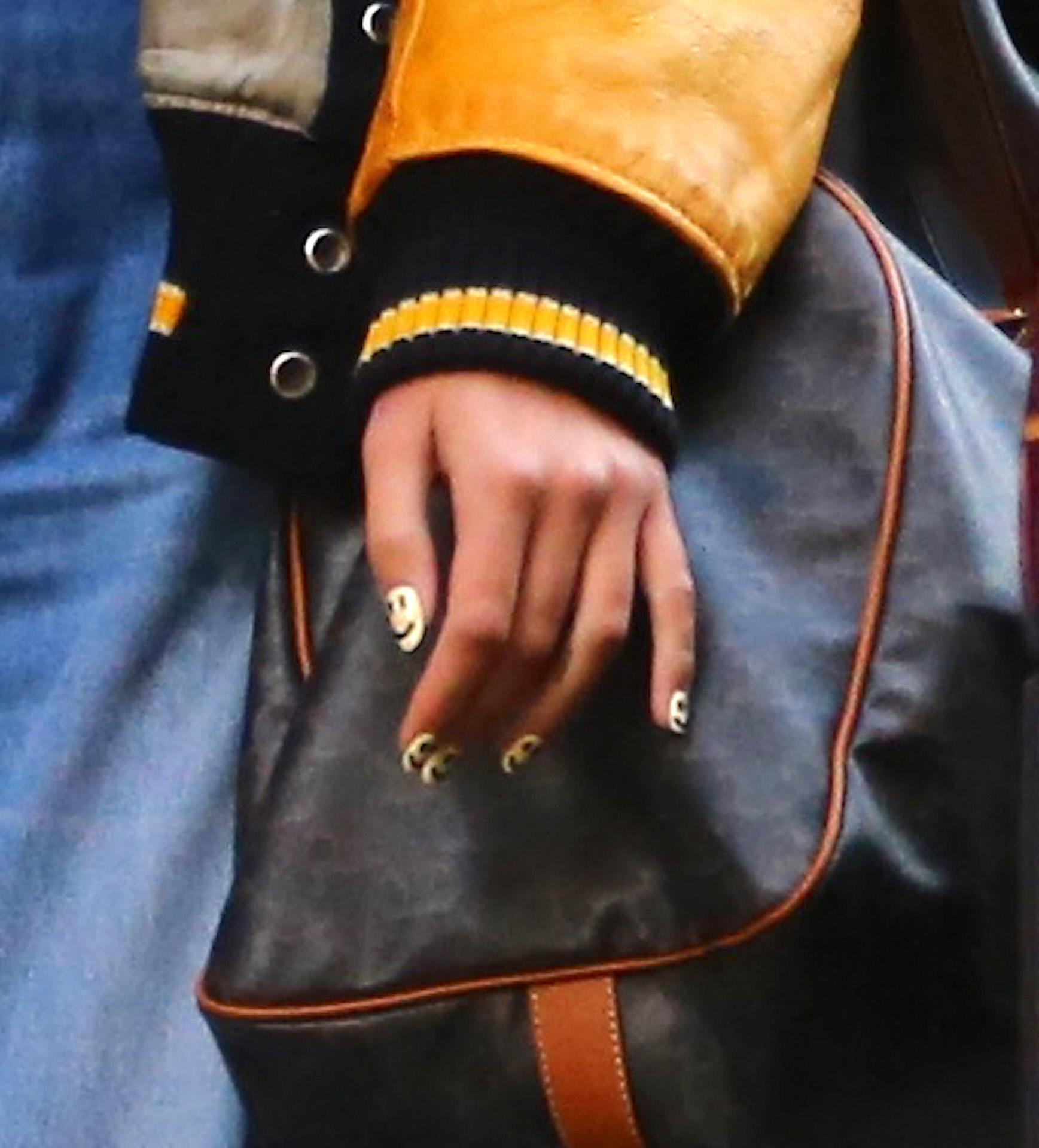 El detalle de su manicura, donde se ven perfectamente las caras sonrientes dibujadas en cada una de sus uñas.