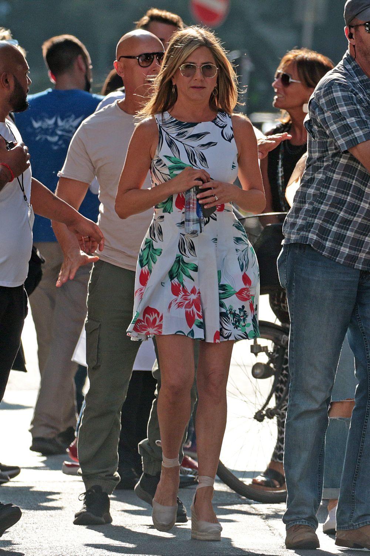 Jennifer Aniston con vestido mini y alpargatas