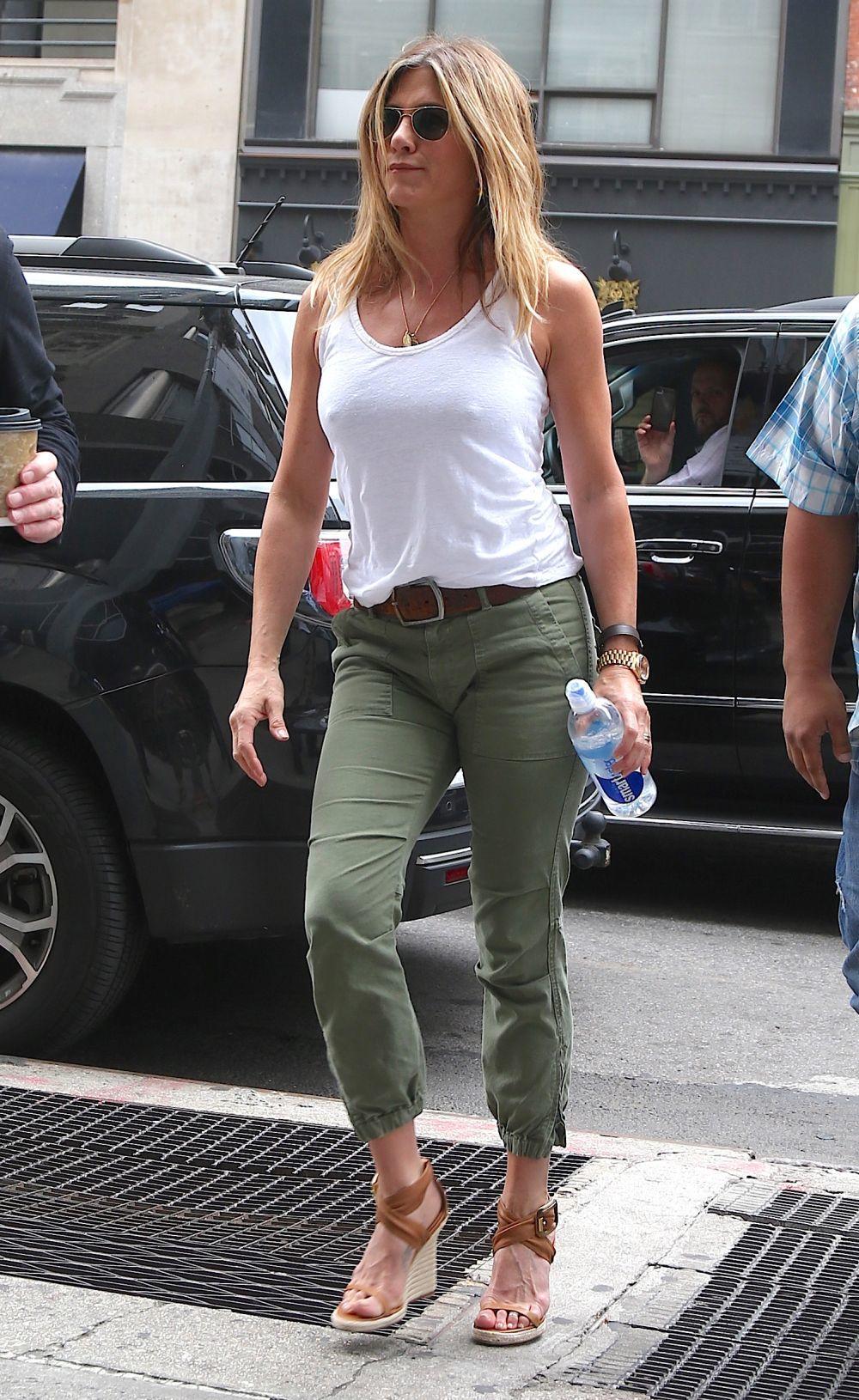 Aniston con un look formado por básicos.