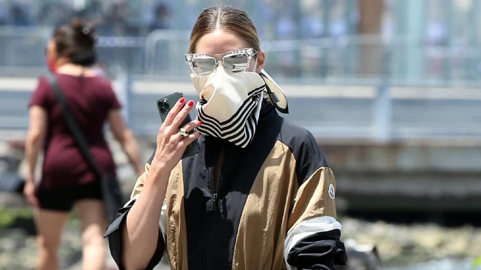 Olivia Palermo con el rostro cubierto.