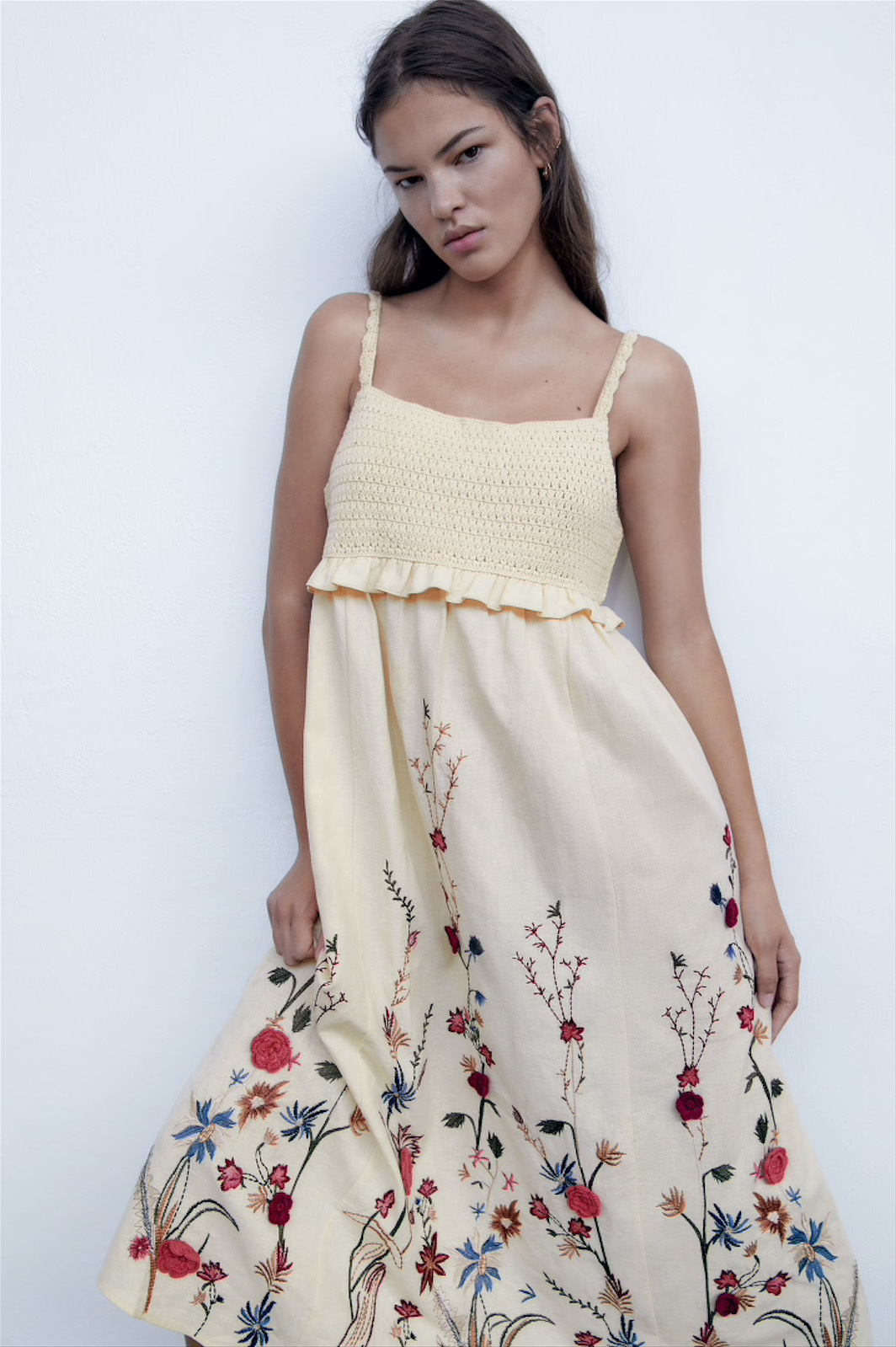 Vestido con flores bordadas de Zara.