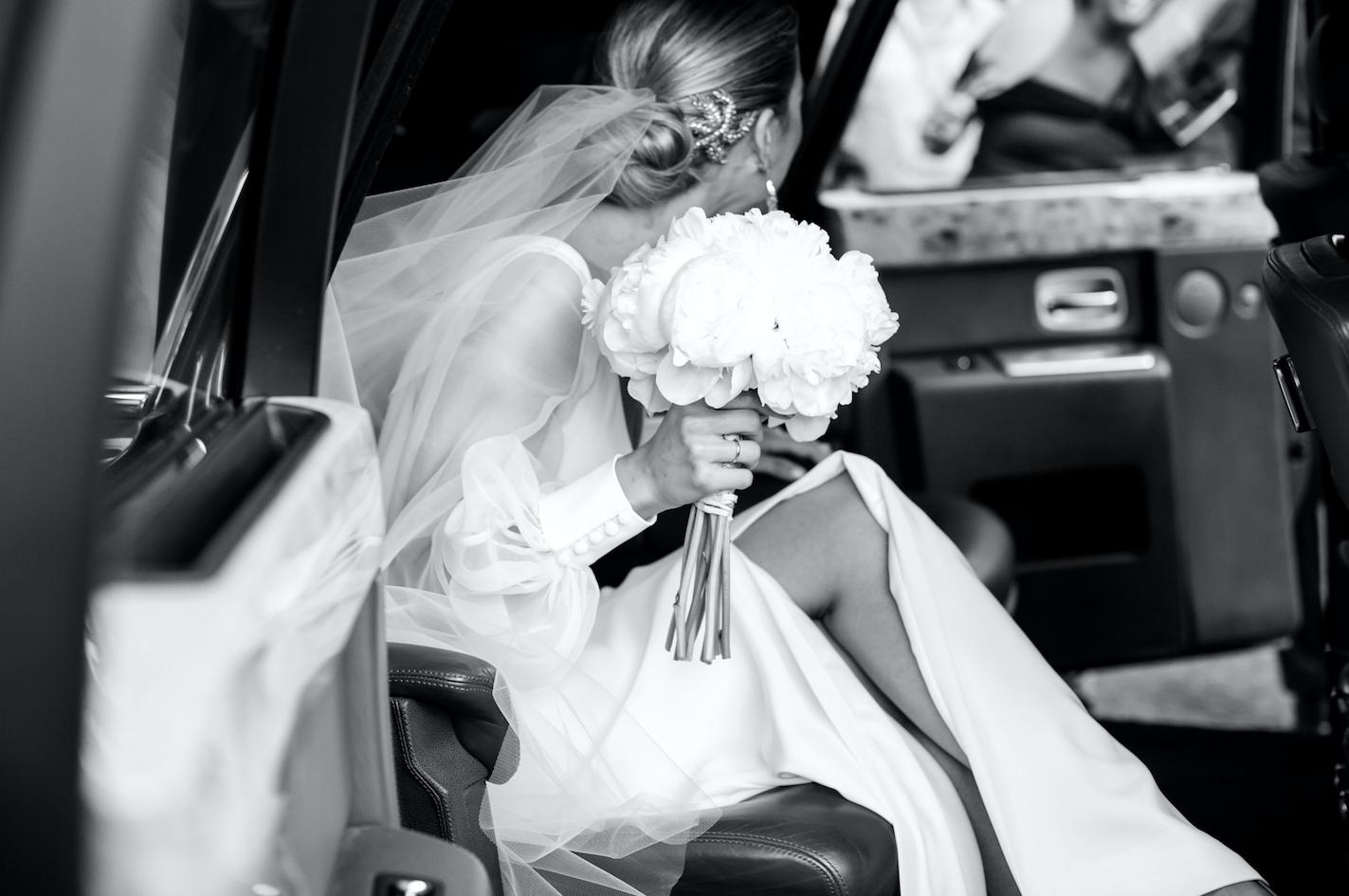 El ramo de la novia estaba compuesto por peonías blancas.