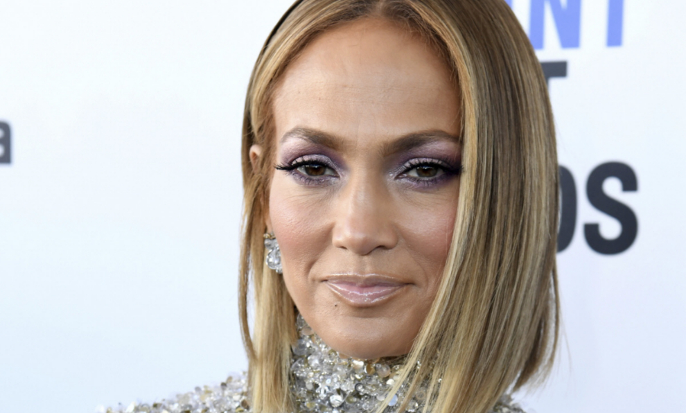 Jennifer Lopez se atreve tanto con maquillajes elaborados como con...