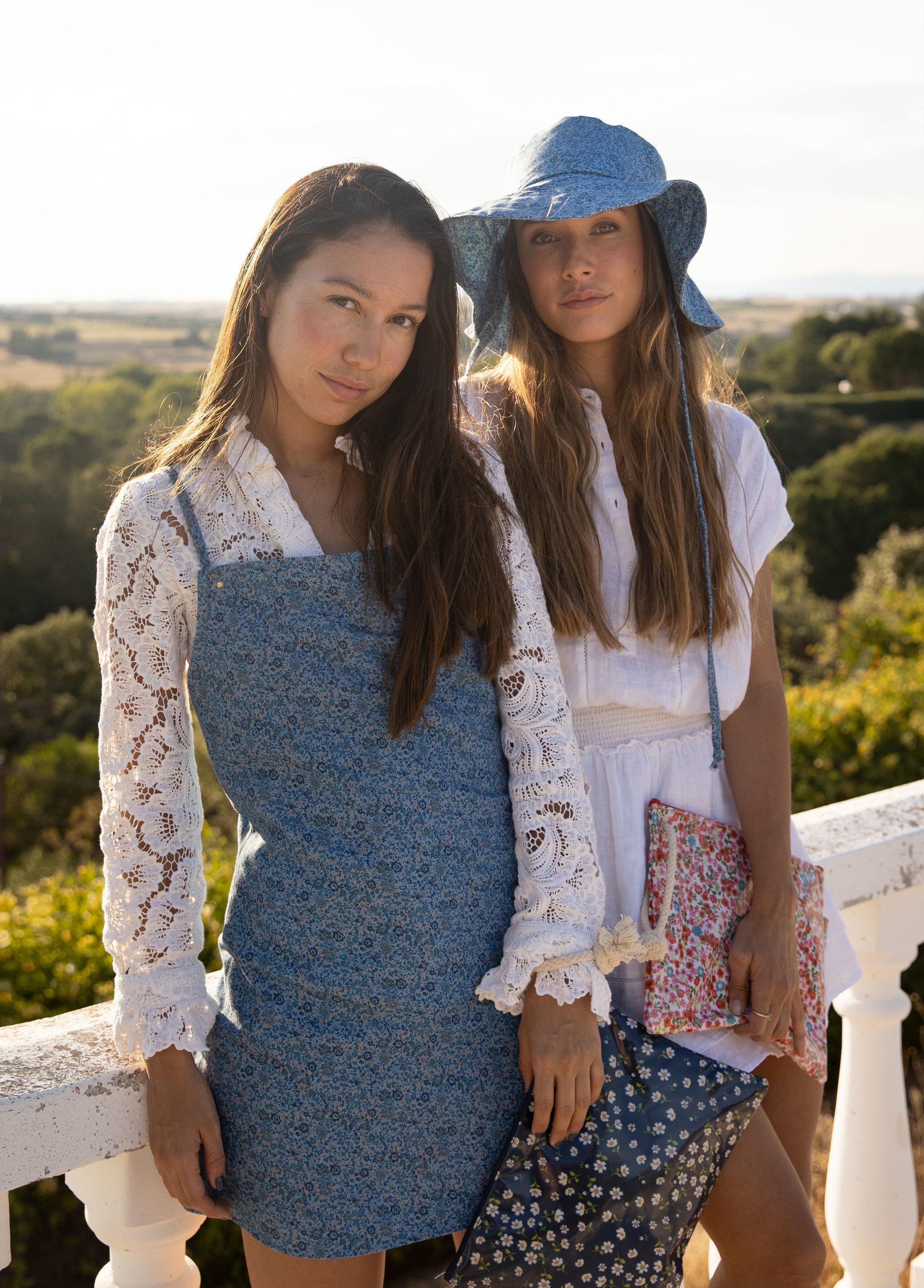 Melissa y Grace Villareal con dos de los neceseres diseñados para...