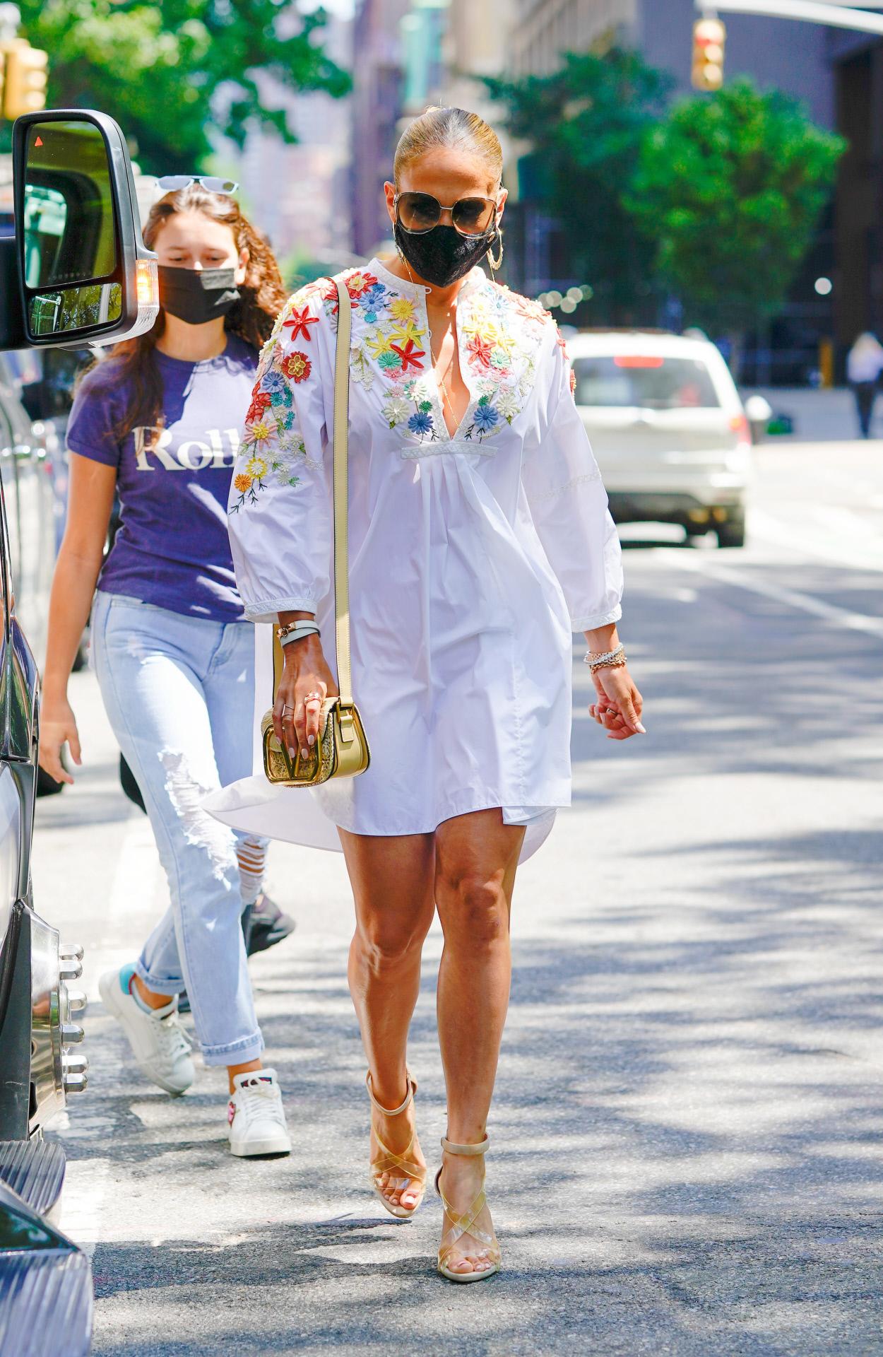 Jennifer Lopez con un vestido blanco de flores.