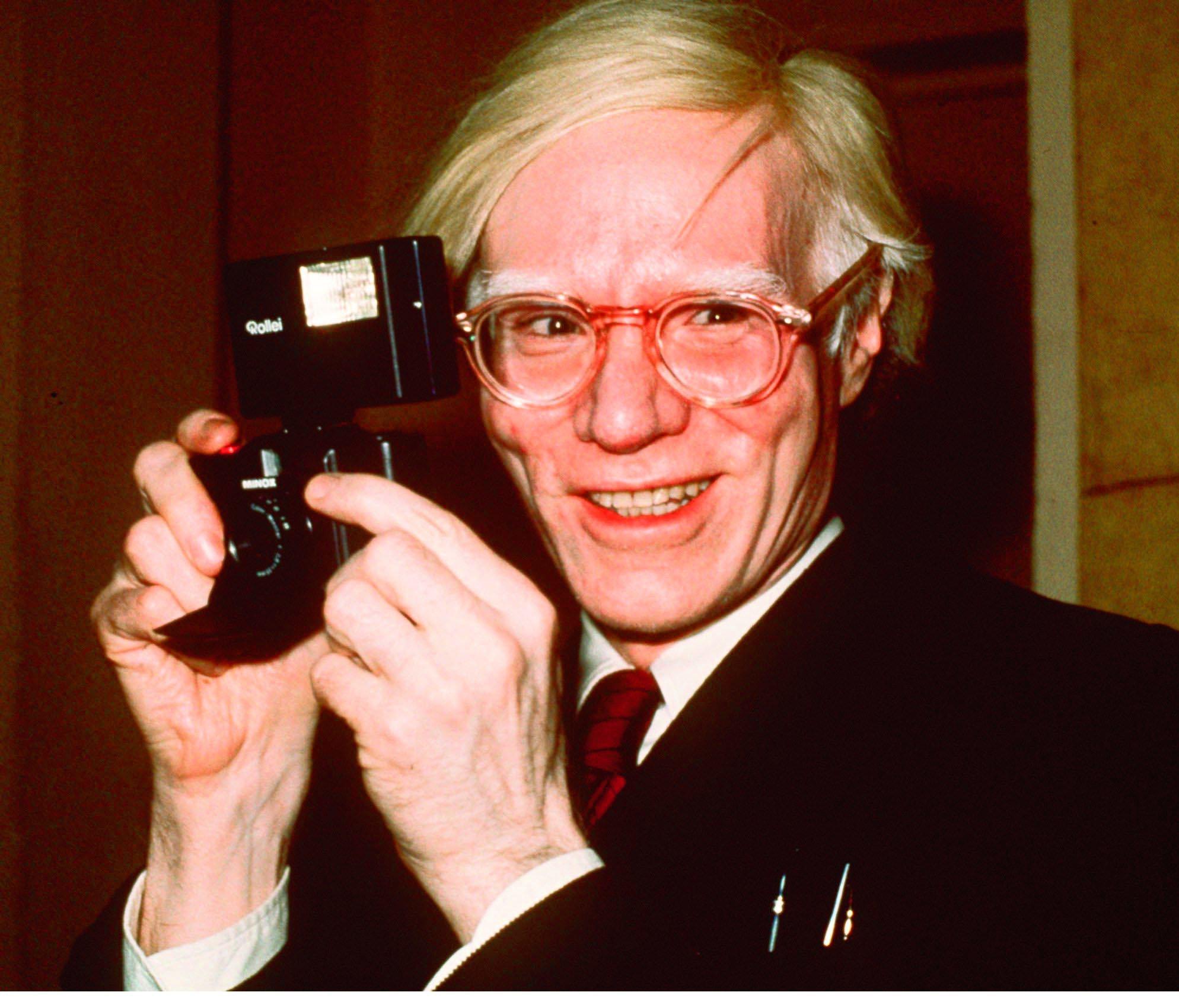 Andy Warhol en una exposición de su obra en Nueva York en 1976.