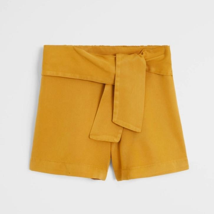 Short lynocell color mostaza. 9,99 euros. Mango Kids.