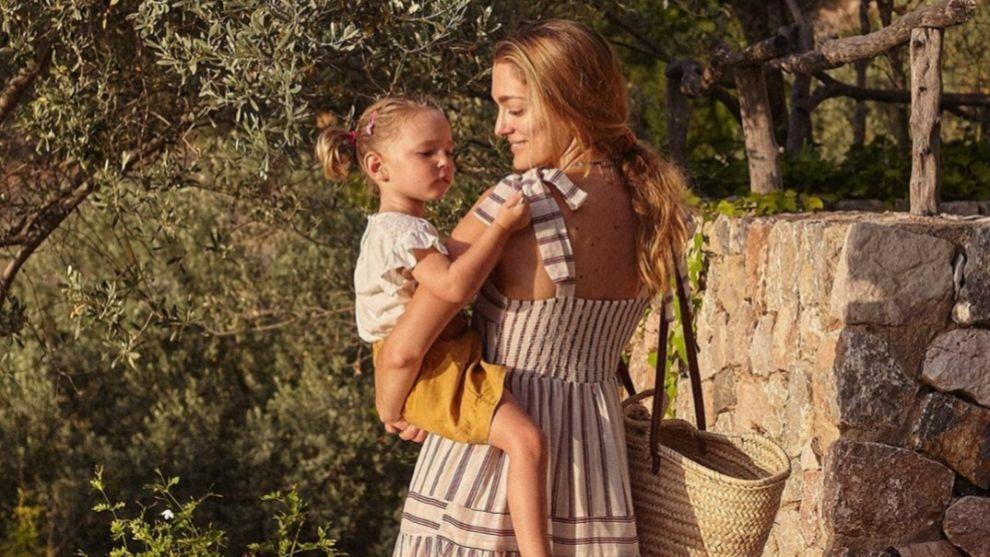 Sofía Sánchez de Betak con su hija Sakura en Mallorca llevan dos...