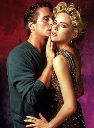"""Sharon Stone y Michael Douglas en una imagen promocional de """"Instinto Básico"""", en 1992."""