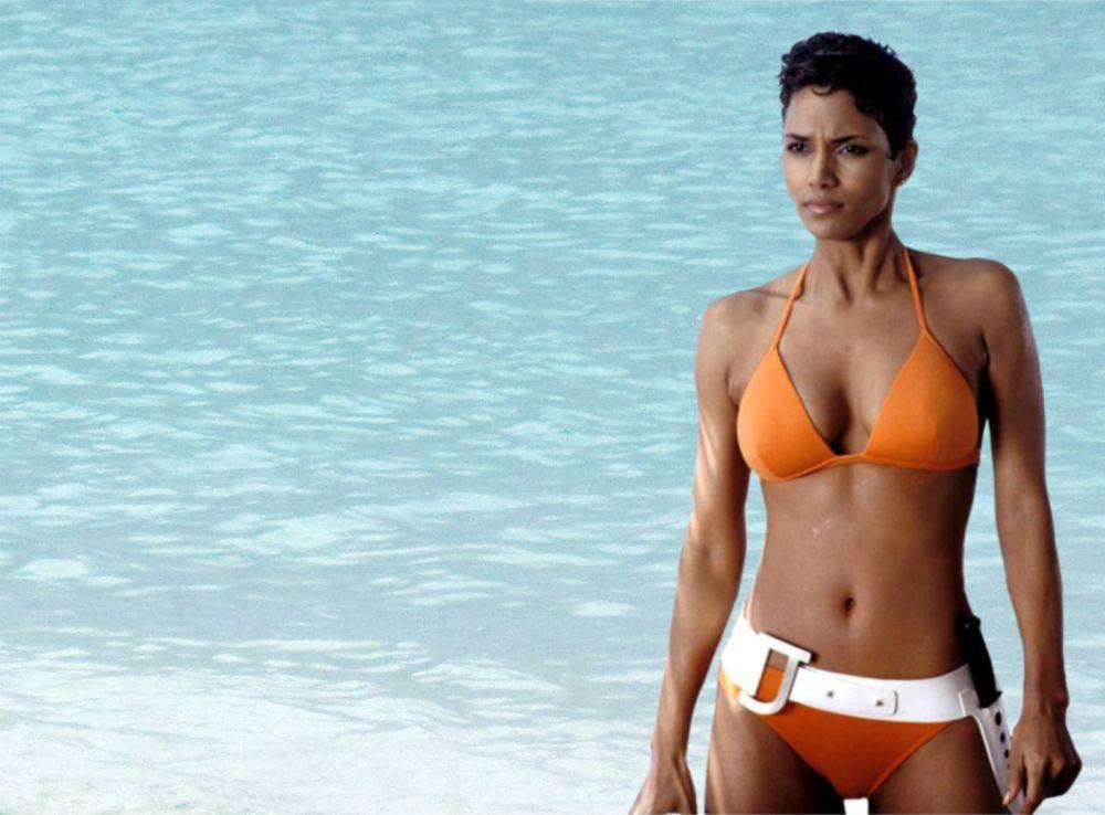 """La actriz Halle Berry en un fotograma de la película """"Muere otro día"""" en 2002 con su icónico bikini naranja."""