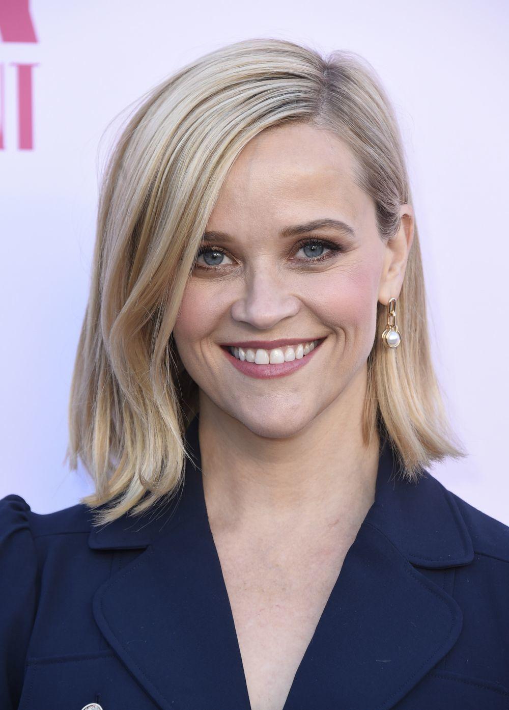 Reese Witherspoon con un long bob o media melena que roza los hombros.