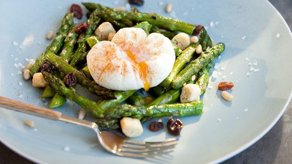 Los espárragos son la verdura ideal para acompañar de un huevo rico en proteínas para mantener a raya la grasa abdominal.