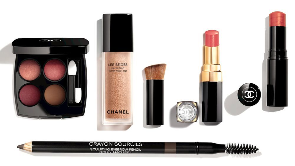 Sombra de ojos Le 4 Ombres Candeur et Expérience de Chanel, Les Beiges Eau de Teint, Iluminador Baume Essentiel, labial Rouge Coco en tonos rosas, Le Crayon Sourcil 40 para las cejas.