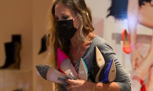 Sarah Jessica Parker atendiendo a sus clientas en su tienda de zapatos...