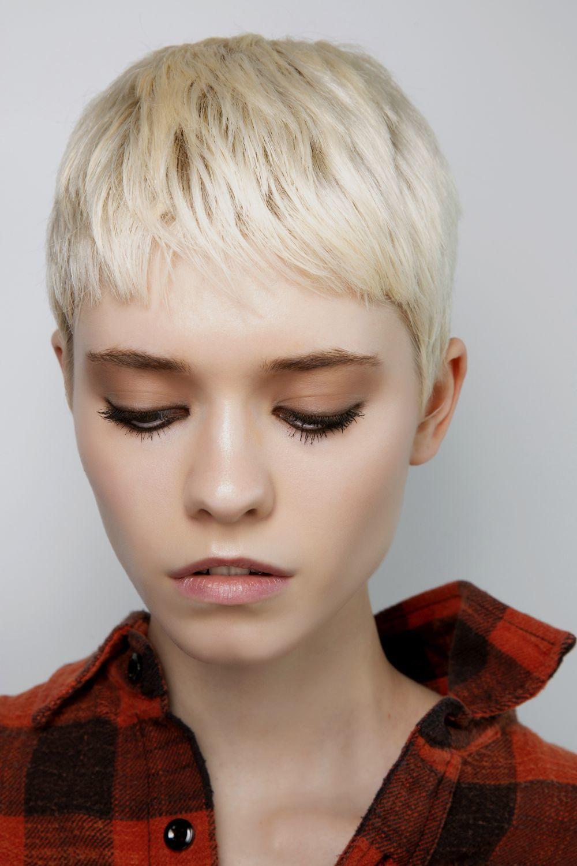 Los cortes pixie con textura y ligero flequillo también se convierten en una buena opción para el pelo fino.