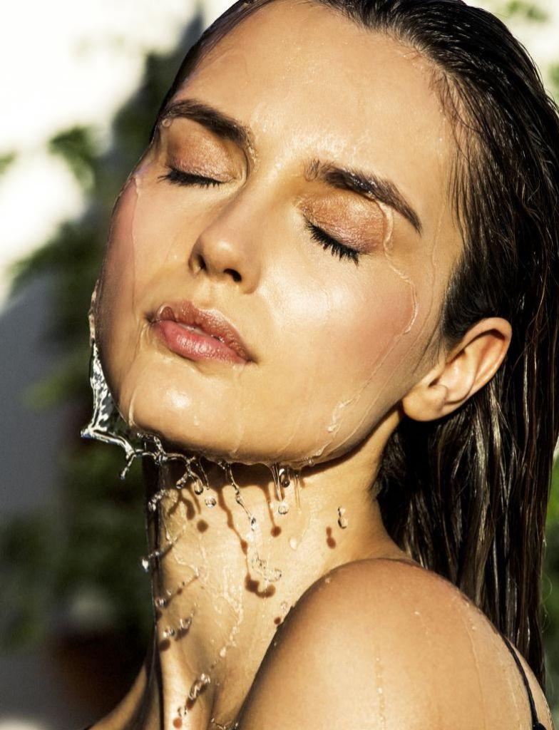 El ácido hialurónico es responsable de la hidratación de la piel por su capacidad para captar y retener el agua.