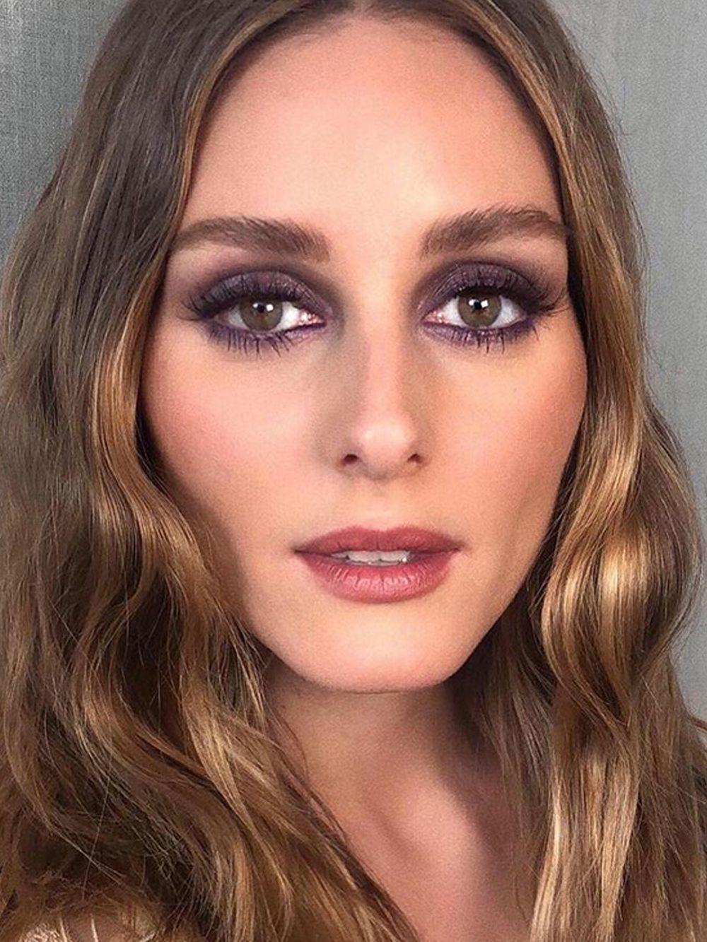 Olivia Palermo con su maquillaje de ojos en clave violeta y gris y cejas marcadas.