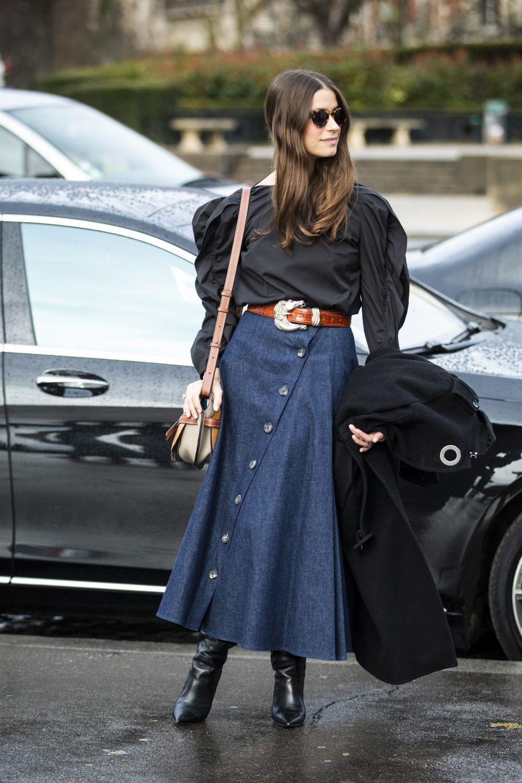 ¿Cómo llevar la falda vaquera? El street style tiene la respuesta.