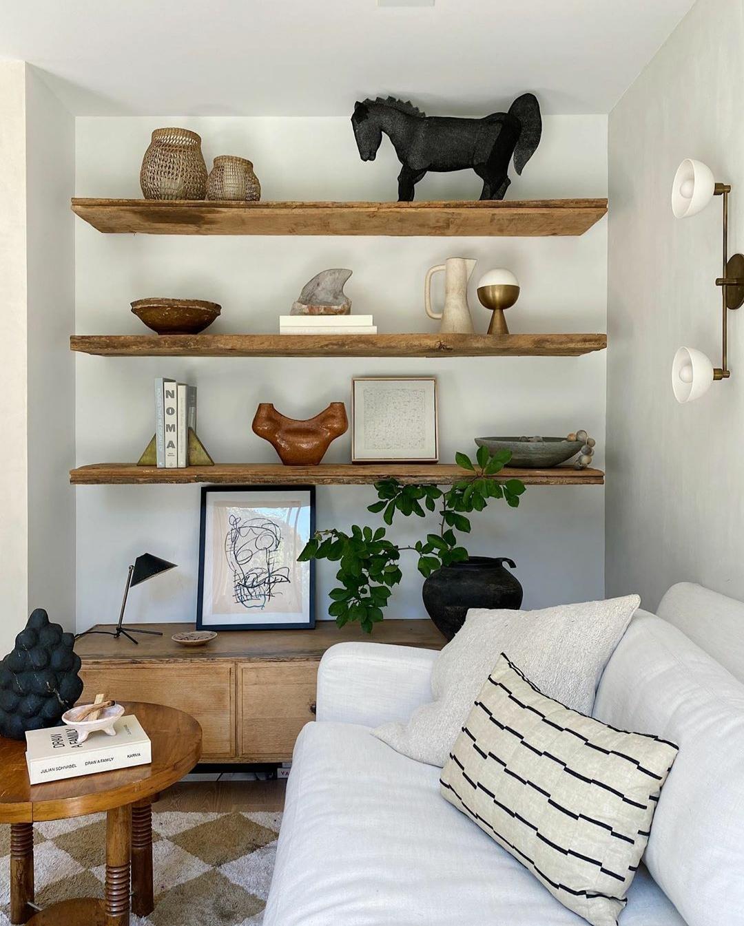 La librería de Athena Calderone incorpora todos los elementos de...