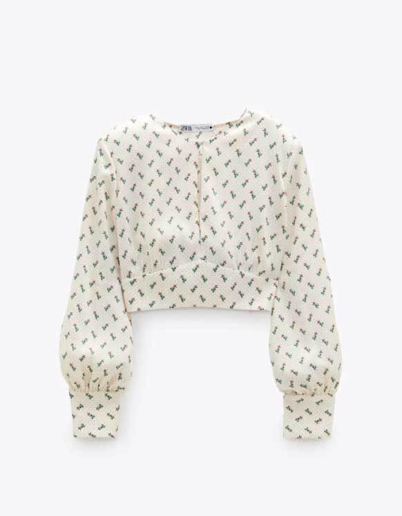 Top de Zara con hombreras (29,95 euros).