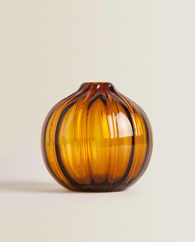 En Zara Home. Éste jarrón de vidrio con relieves es perfecto. Cuesta...