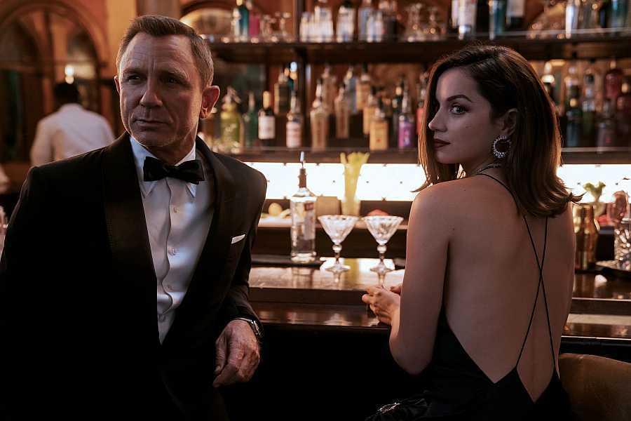 """Daniel Craig y Ana de Armas en """"No time to die""""."""